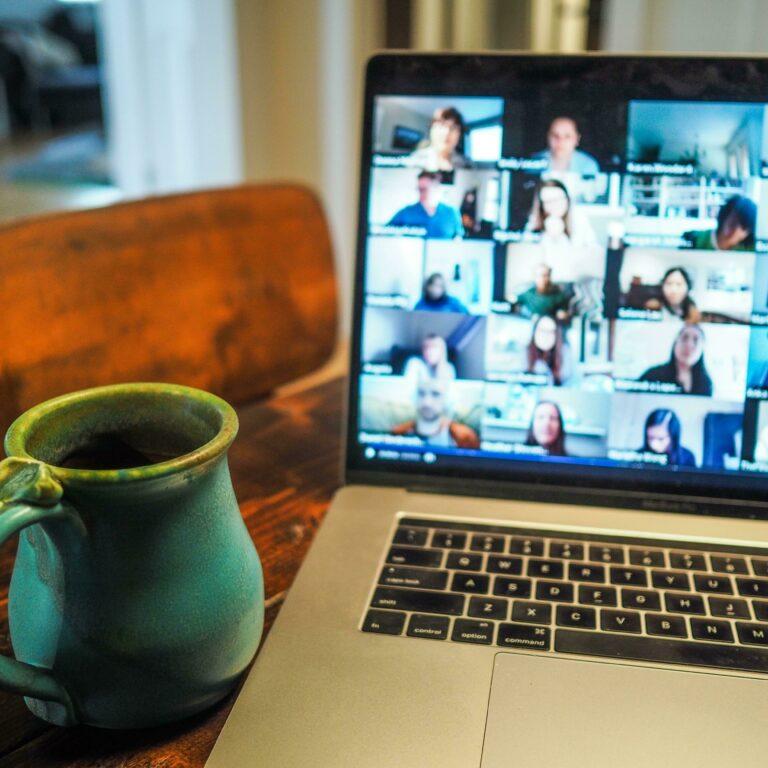 Vier knappe praktijkvoorbeelden die online de verbondenheid in hun organisatie stimuleren